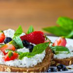 Brood met Hüttenkäse fruit munt