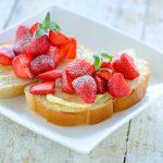 Brood met sinaasappelboter en aardbeien
