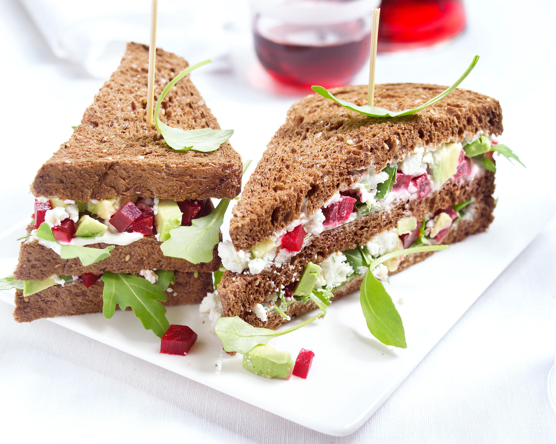 clubsandwich met avocado biet en geitenkaas